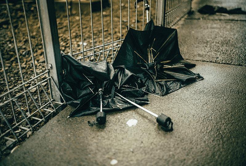 Фото зламана парасолька